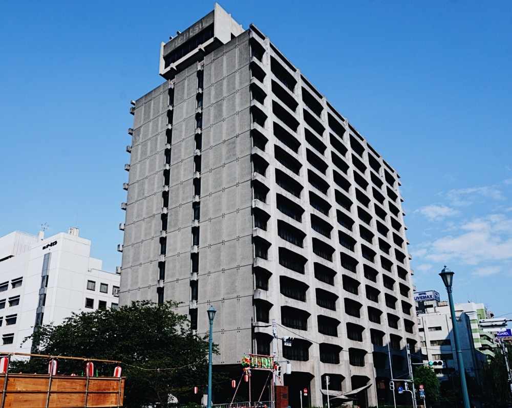 どっしり力強い旧電通築地ビルと、キュートな電通恒産第2ビル