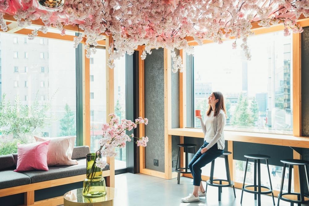 昼も夜も桜一色に染まるフォトジェニックな館内