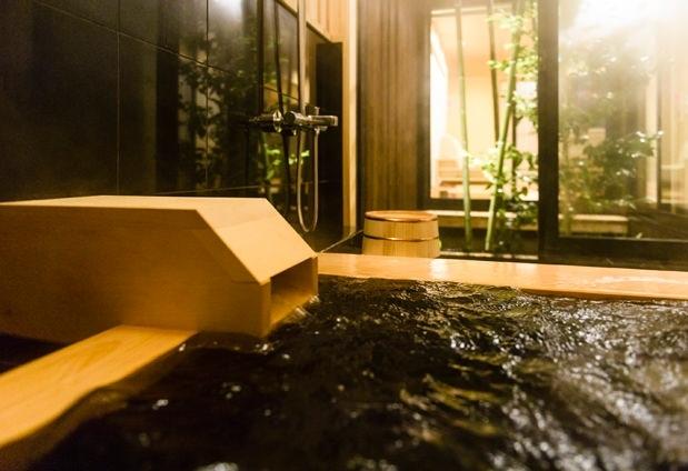 坪庭を眺めながらゆったりと入るお風呂