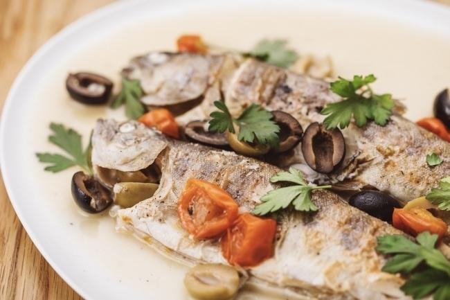 食事は自炊スタイル。地元でとれた自然の恵みを自分たちで料理する楽しさを体験