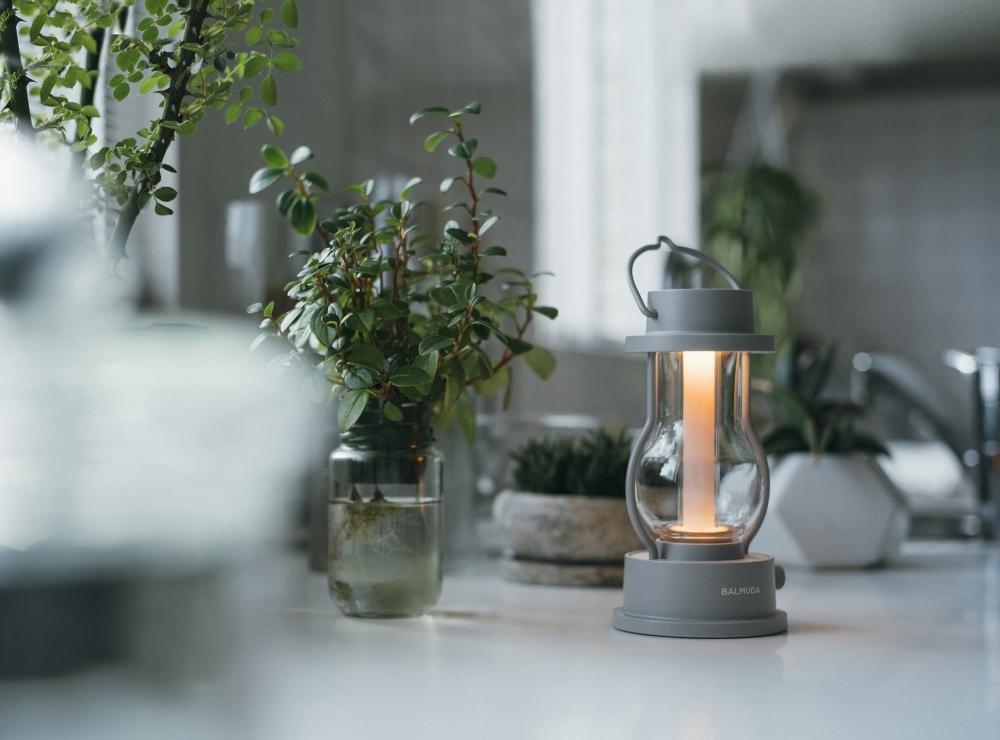 温かな灯りが心を癒すバルミューダのLEDランタン