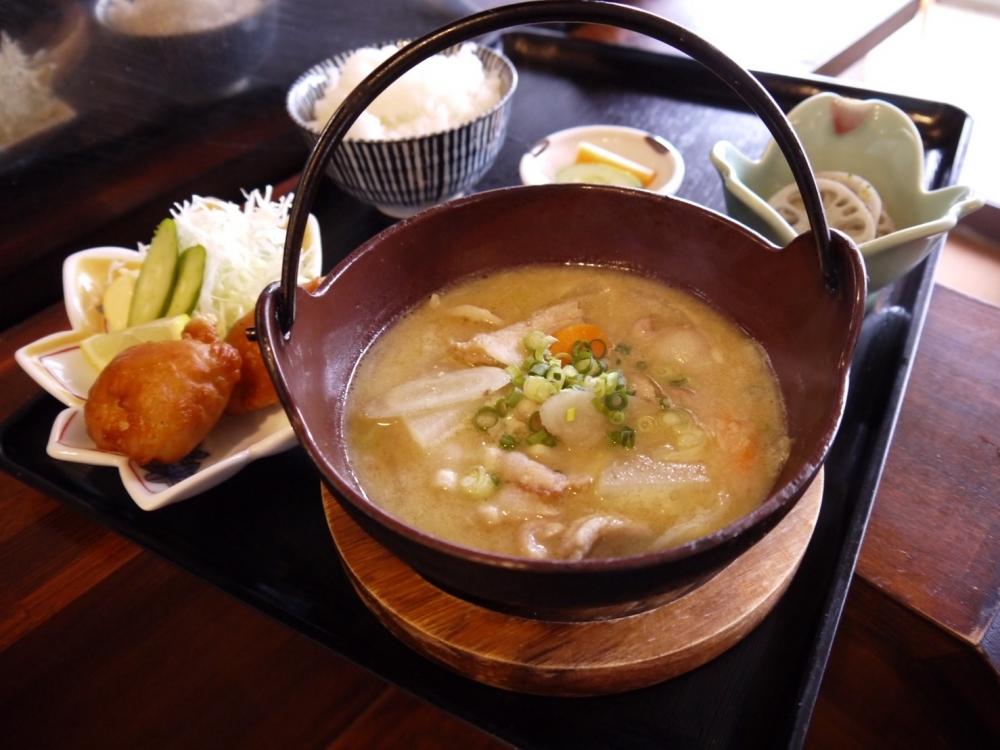 「塩生姜仕立ての豚と牡蠣の鉄なべ定食」で体も心もポッカポカ