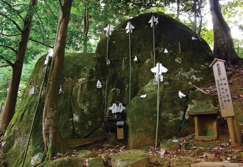 三体の岩座(いわくら)は、夫婦円満&縁結びのパワーストーン