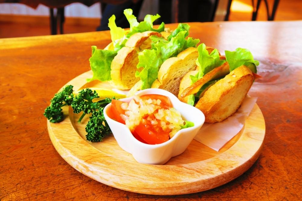 看板メニューは3種類の金目鯛が楽しめるサンドイッチ「よろずカフェ らくら」