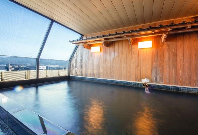 大浴場で湯浴みを楽しむ