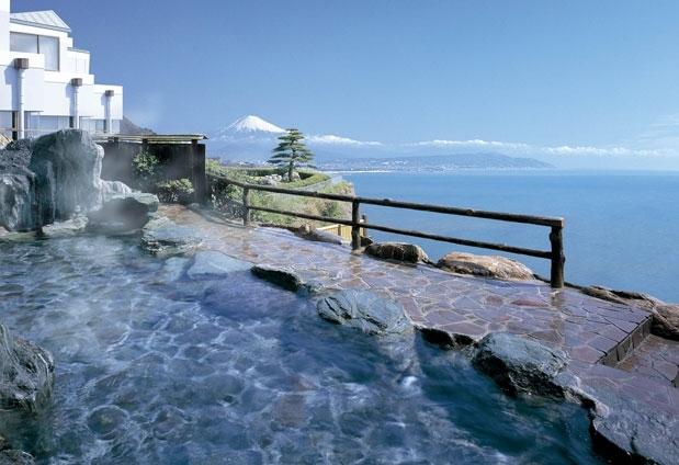 ②富士眺望露天風呂で開放的な湯浴みを体験
