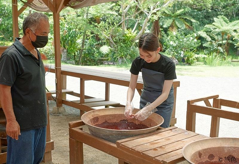泥染体験で伝統文化を学ぶ