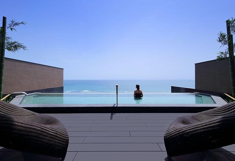 「なぎさの湯」を絶景の屋上プールと客室半露天風呂で堪能