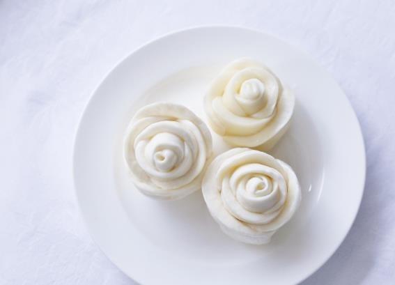まさに職人技。お皿を華やかに彩る、バラのモッツァレラ