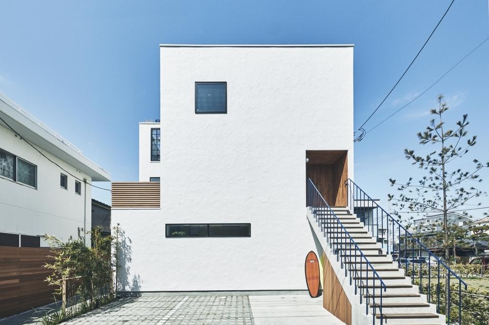 海辺に建つ3階建てリゾートハウスが湘南・鎌倉にオープン