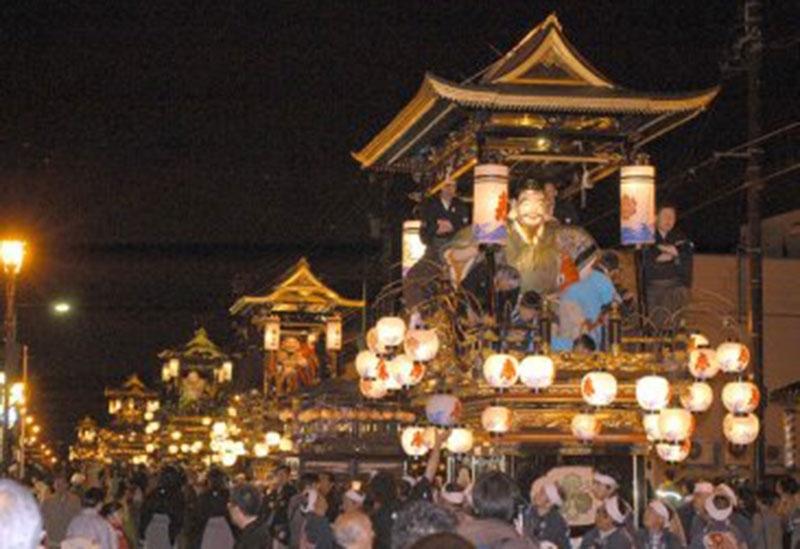 「城端曳山祭」は山車の引き回しが醍醐味