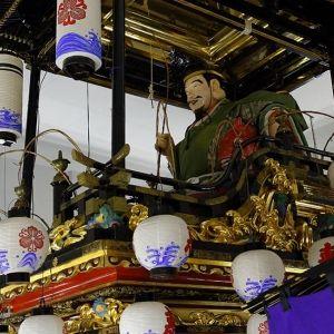 富山県南砺市で城端曳山祭り開催。 日本一豪華な山車の引き回しと庵歌に酔いしれたい!