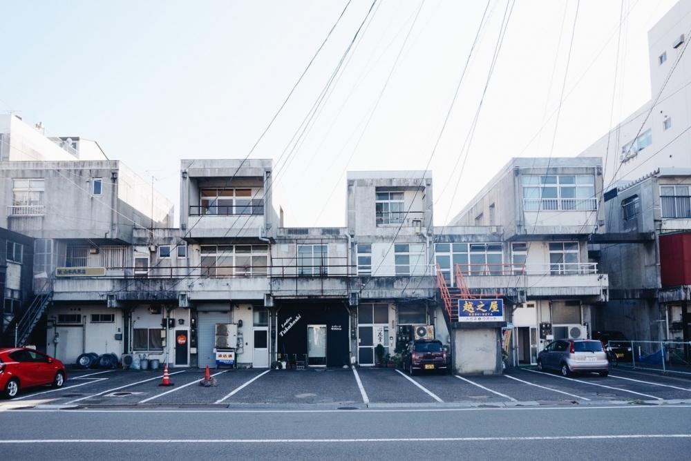 凸凹コンクリート建築がかっこいい中通り商店街の裏側