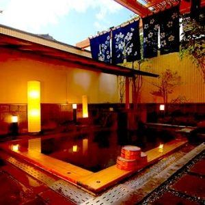 夜と朝で色が変わる温泉!?「上山田・変幻の湯」があるホテルとは?