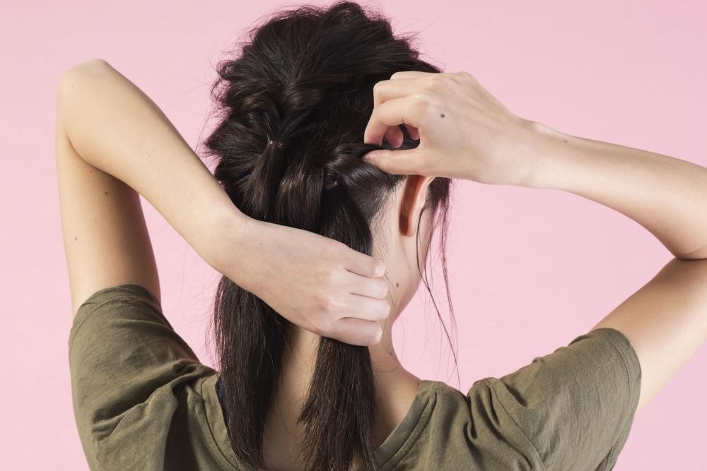 ミディアムヘアアレンジ③2日目は上級者っぽく見えるラフなまとめ髪で