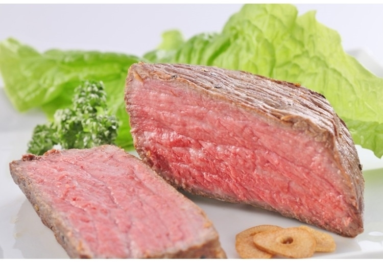 とろける柔らかさ「宝亭」の自家産牛ローストビーフ