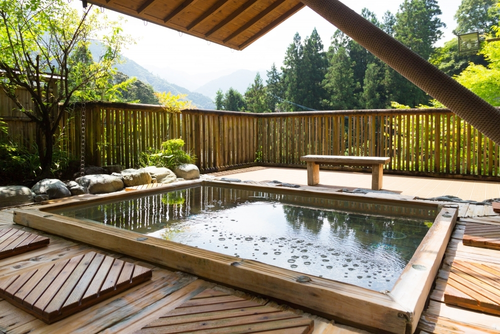 天然温泉と緑に囲まれた極上のリラックスタイム