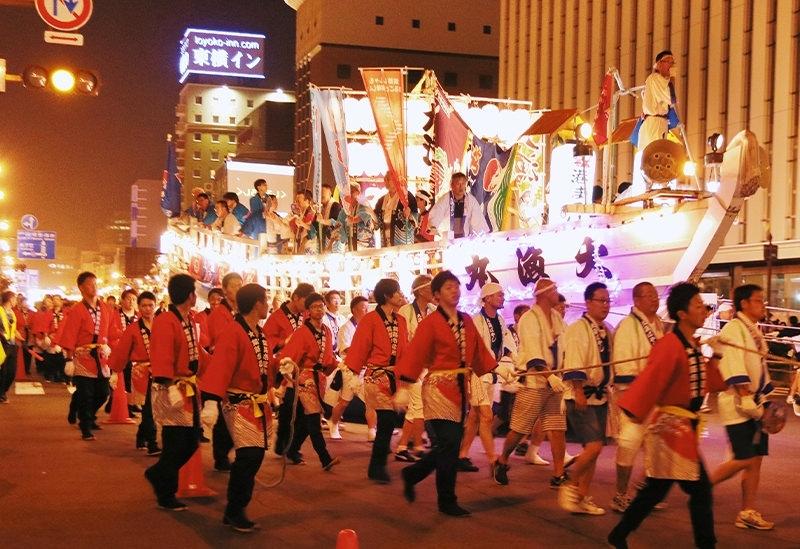 大漁ばやしや市民踊りのパレードで賑わう「釧路港開港50年港まつり」