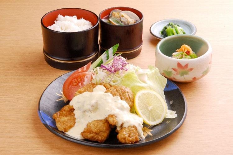 チキン南蛮、まぐろステーキ、焼魚……。ランチ定食も魅力