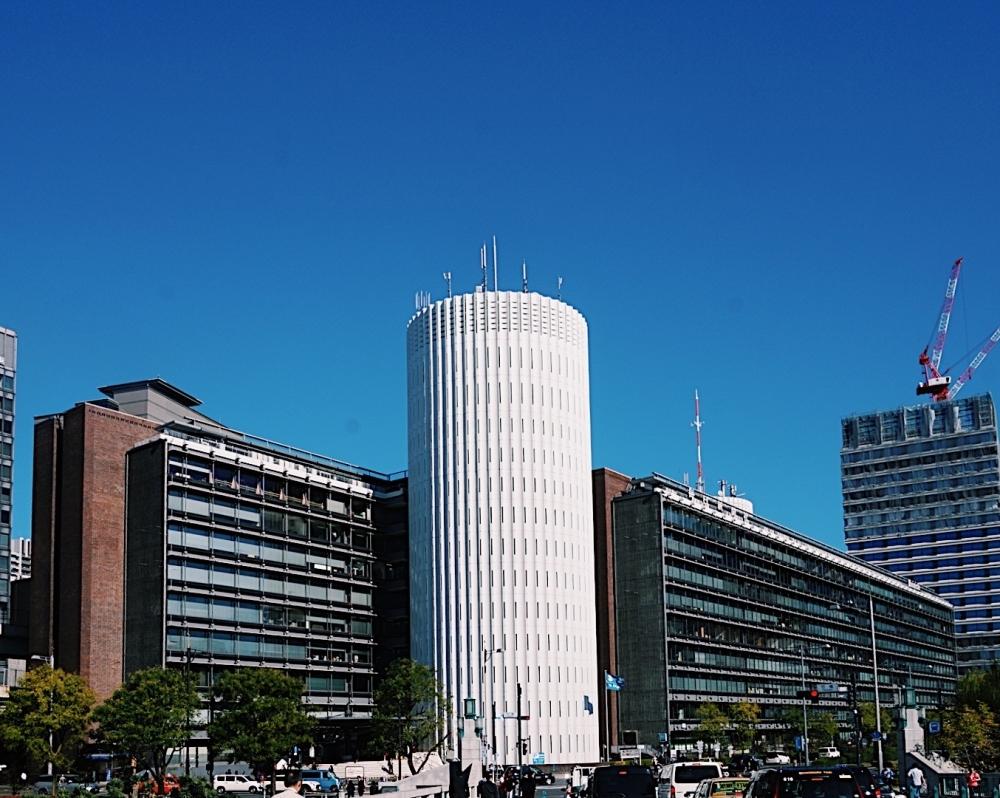 皇居のほとりに輝き建つ、白い2塔 パレスサイドビル