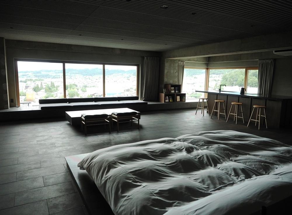 北アルプスの山並みを一望する客室