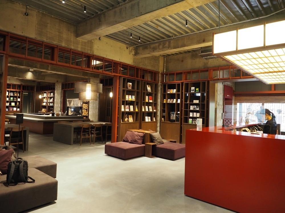 約1万冊が並ぶブックストア&ホテル「松本本箱」