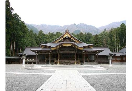 厳かな空気に包まれる「彌彦神社」