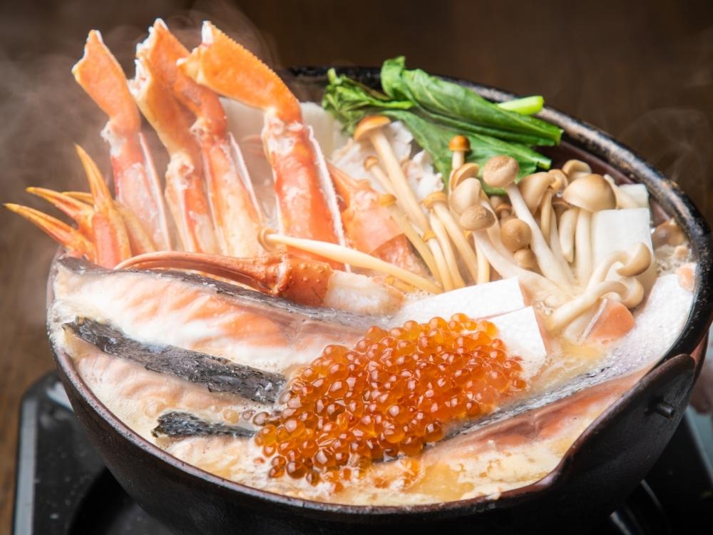 リッチな海の幸を堪能できる「本ずわい蟹・秋鮭・いくらの濃厚粕味噌鍋」