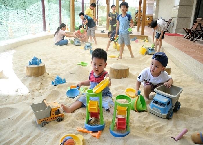 サラサラの砂を敷き詰めた砂場も大人気!