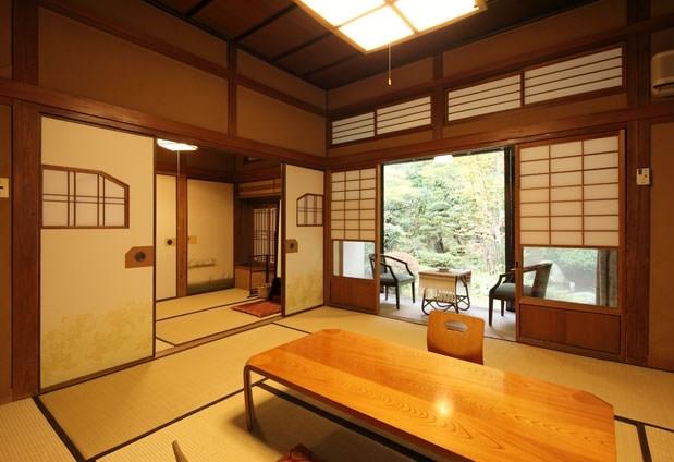 ①日本庭園に面した趣ある客室