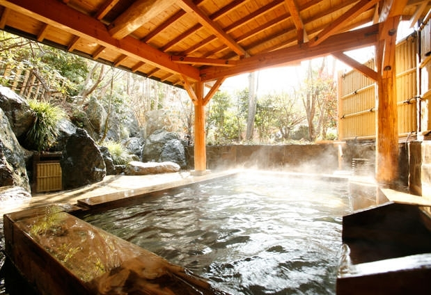 ③滝を望む涼やかな露天風呂