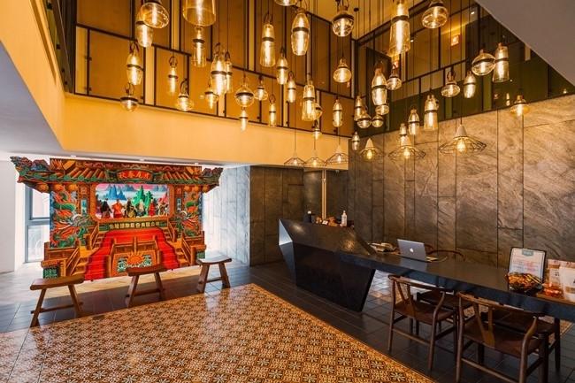国宝級の絵師が描いた特製のミニステージは、ホテルのシンボル。