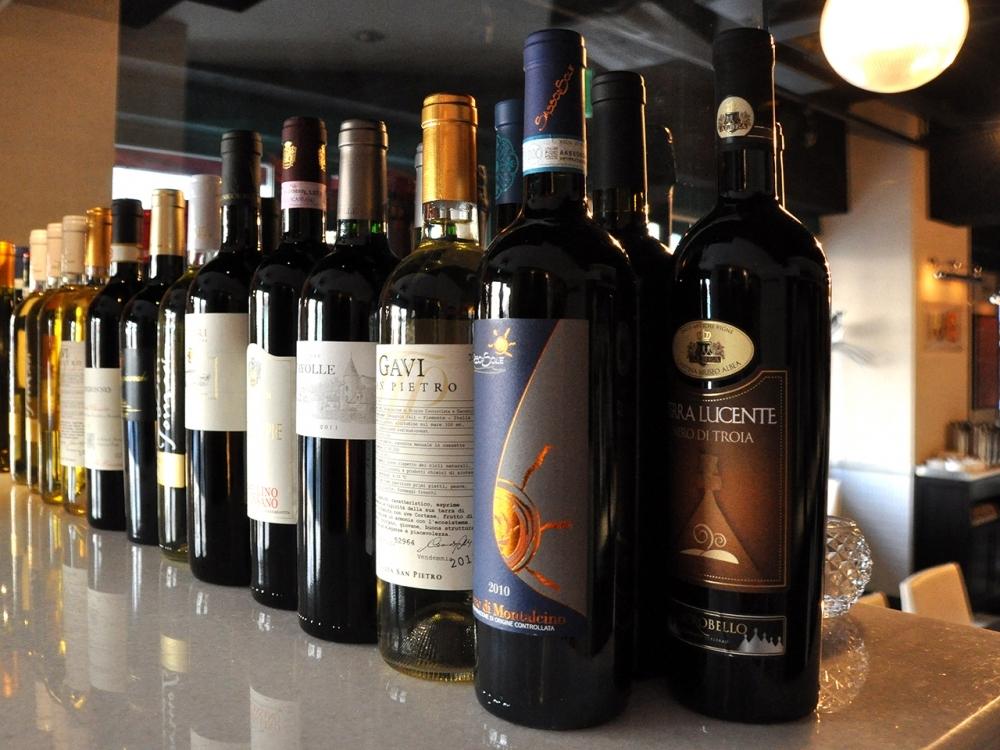 バラエティー豊富に揃えた100種類以上のワイン