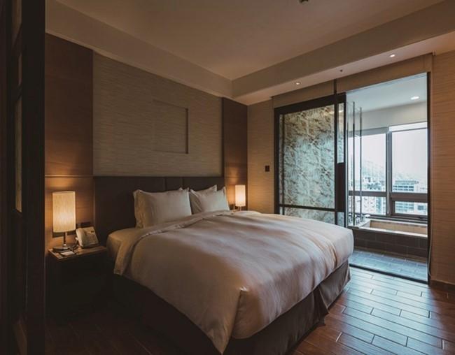 木材の良さを生かした温かみのある客室。もちろん内風呂を完備。