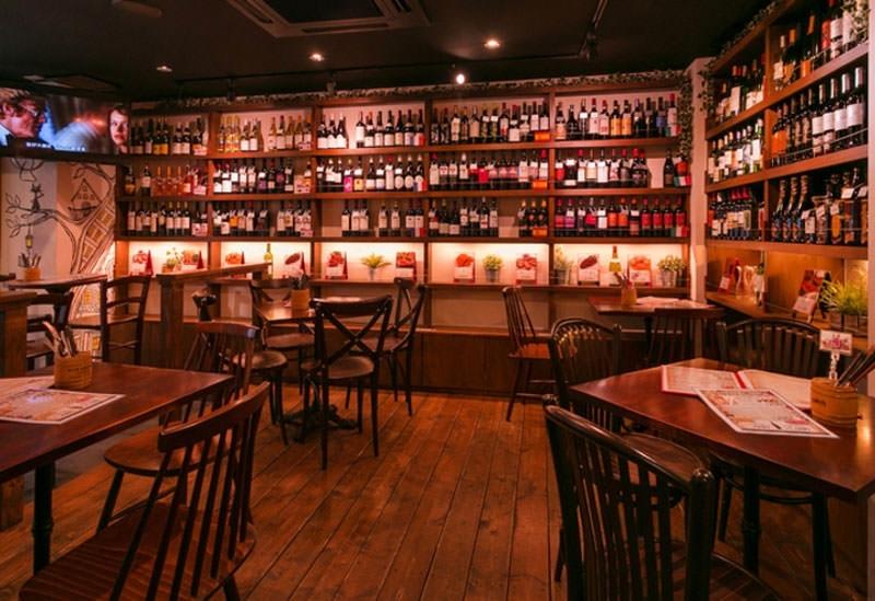 壁に並んだワインボトルは圧巻「Bar jeeco」(赤坂)