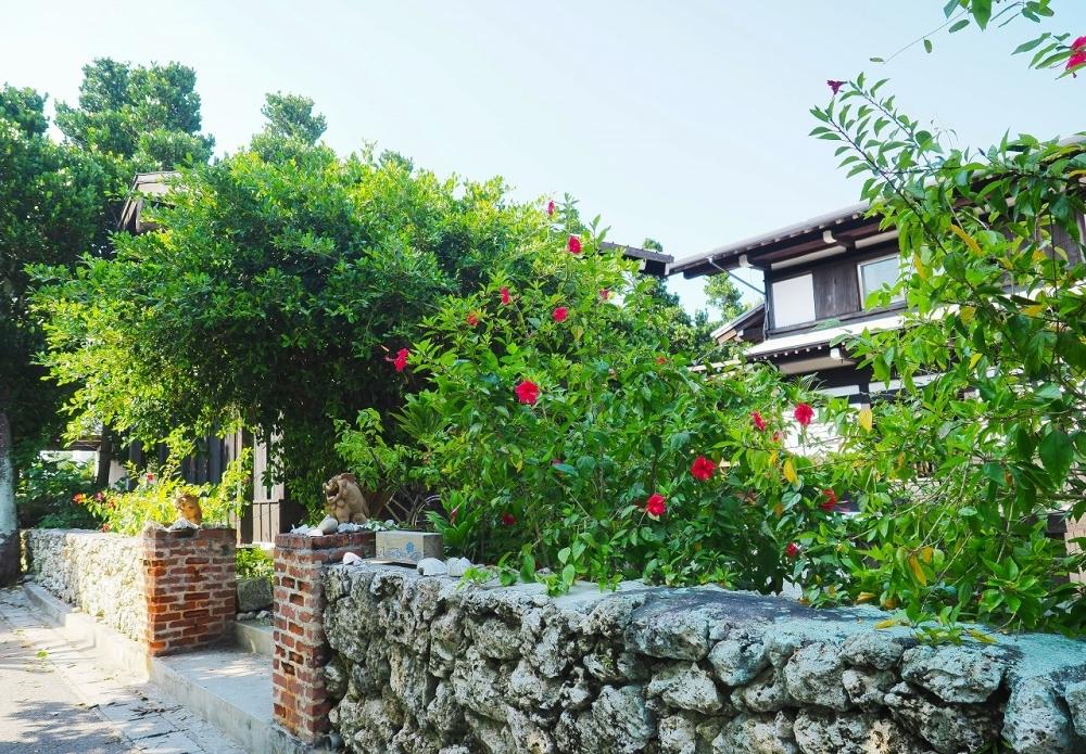 赤いハイビスカスと眩しい緑に囲まれた佇まいやお堀……しびれる!