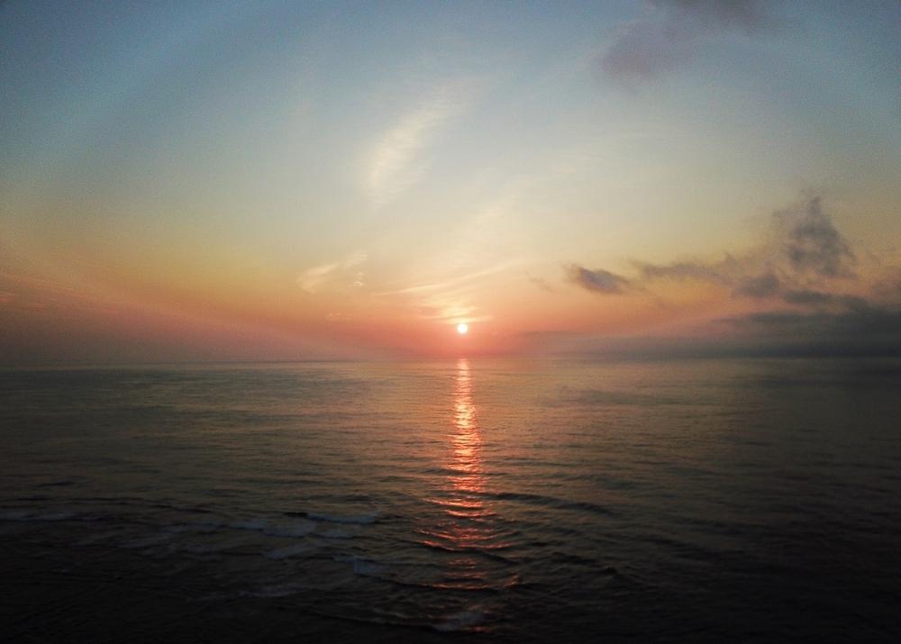 島の中心地・亀津でも、文句なしの日の出体験が待っている