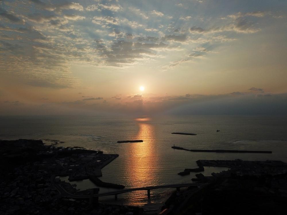 海の上で太陽を迎えるワクワク感! 亀徳新港の防波堤が心地いい