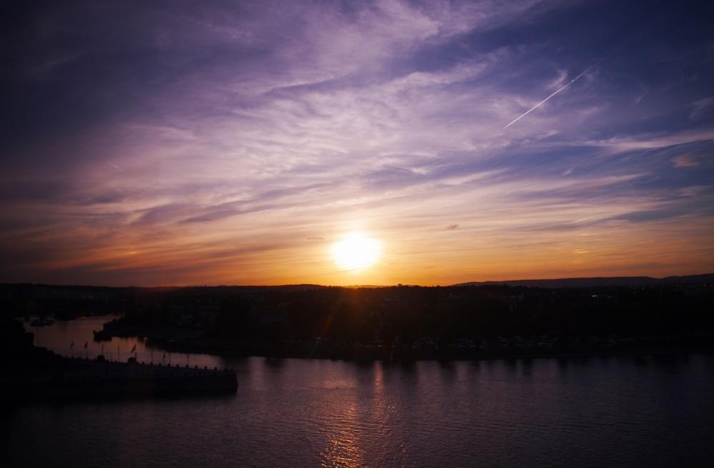圧巻の夕焼けをより味わえる!  空から、川の狭間からクラクラするまで浸りましょ