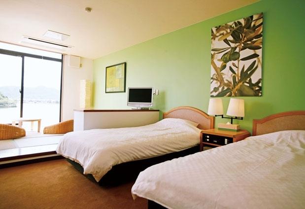 部屋ごとに染められた綺麗なカラー「水辺のホテル 小さな白い花」