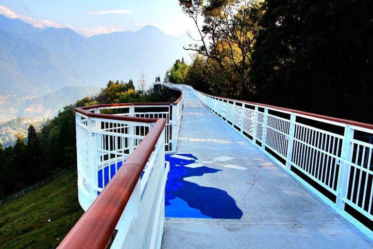 台湾最高地にある遊歩道で、迫力ある景色を満喫。