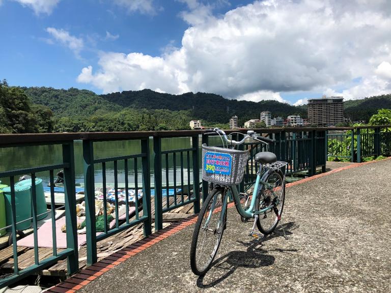 世界で最も美しい湖畔の自転車道を駆け抜けて。