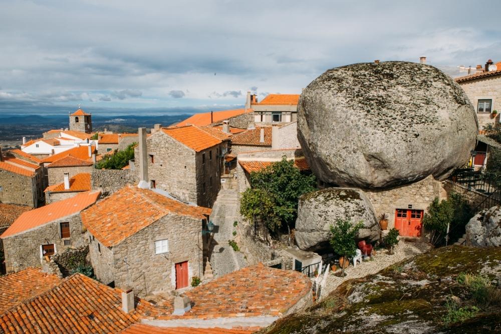 大きな岩がゴロゴロ モンサント(ポルトガル)