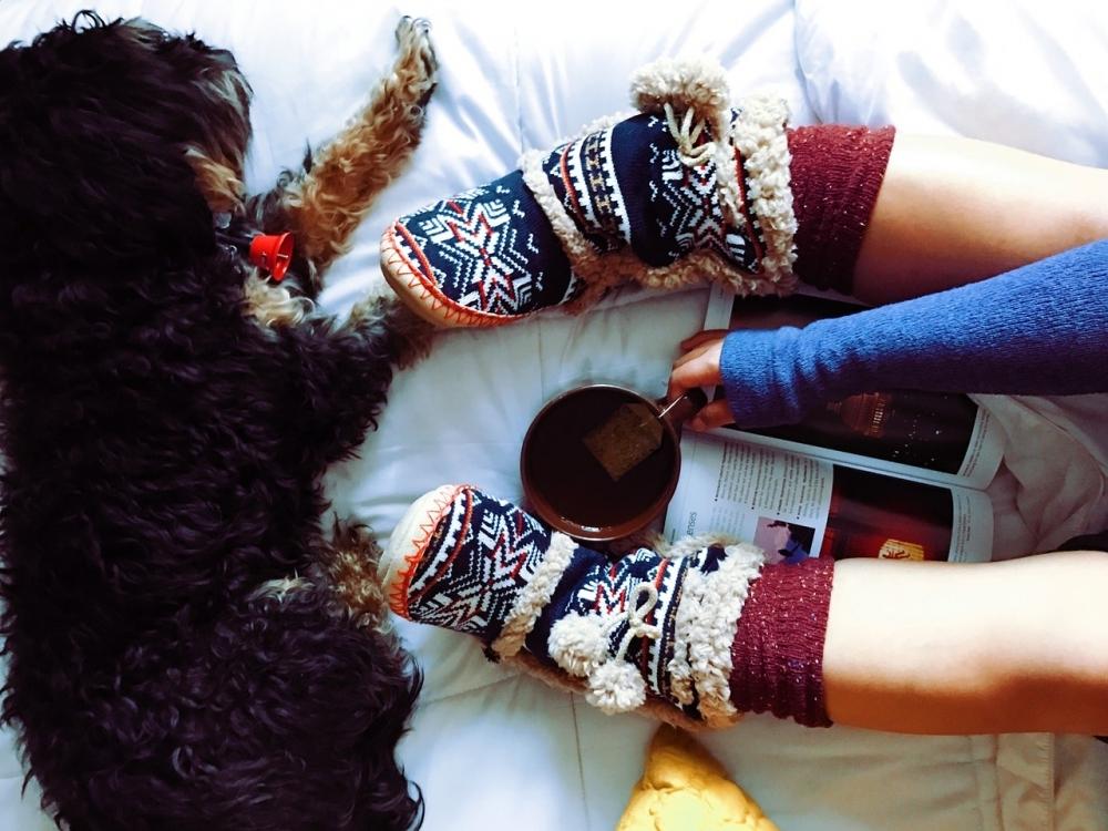 手軽にできる防寒対策アイテム:マフラーやネックウォーマーと靴下