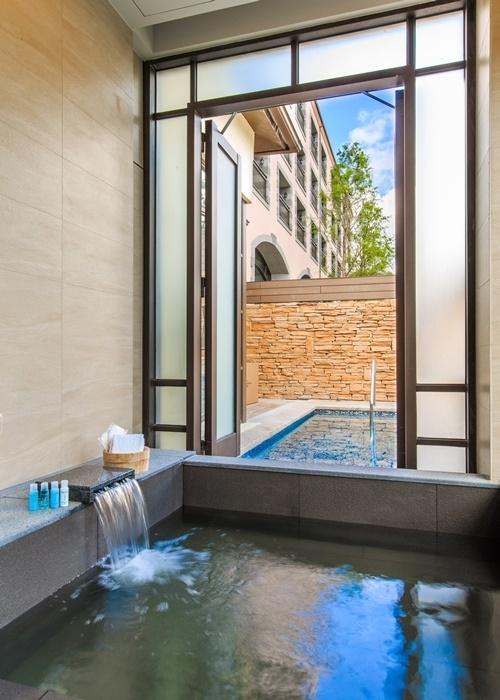 """瑞穗温泉の""""黄金の湯""""を内風呂で心ゆくまで。"""