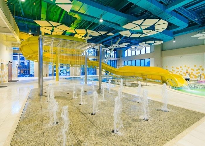 室内外に多種多様なプールと温泉を配したウォーターパーク。