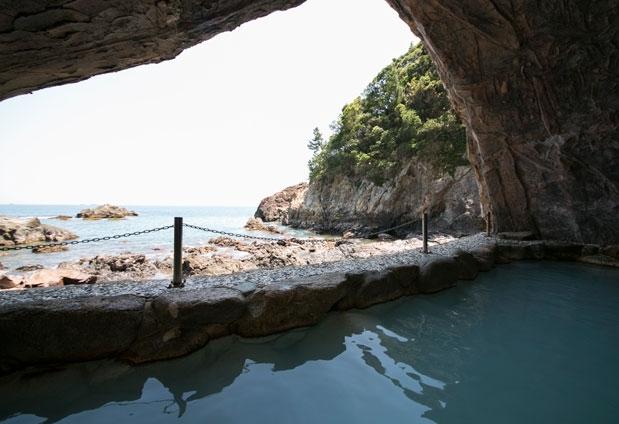 大迫力の天然洞窟温泉