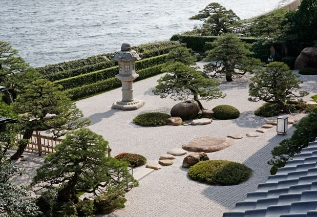 湖と庭園が作りだす大人の佇まいを楽しむ「皆美館」