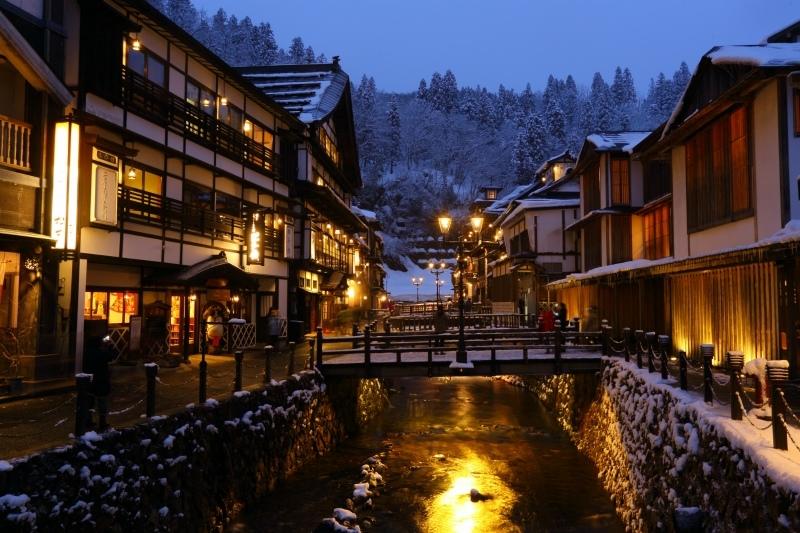 大正ロマン漂う銀山温泉で、レトロな街歩きを