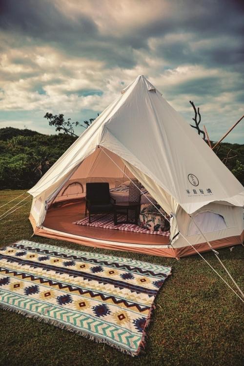 テント内とは思えない広さ!快適な設えがすでに整っています。
